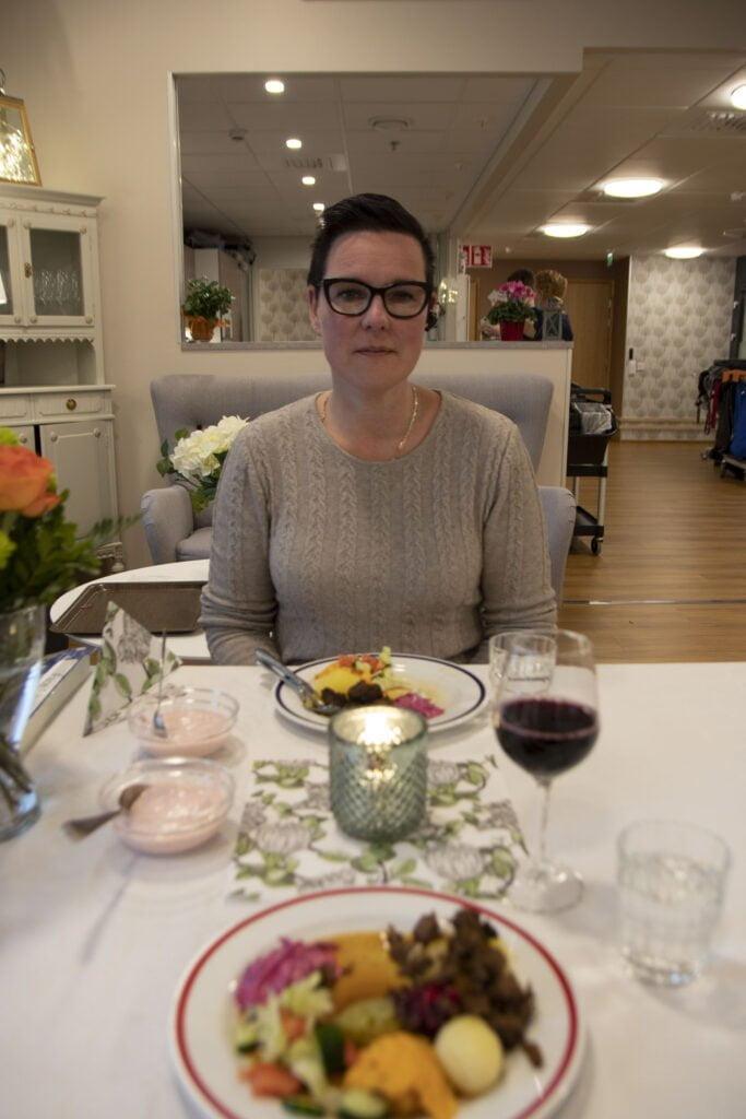 Hoivakoti Attendo Järvenhelmen johtaja Anne Niiranen päätti hyödyntää saadun hirvenlihalahjoituksen Järvenhelmen syntymäpäivälounaalla.