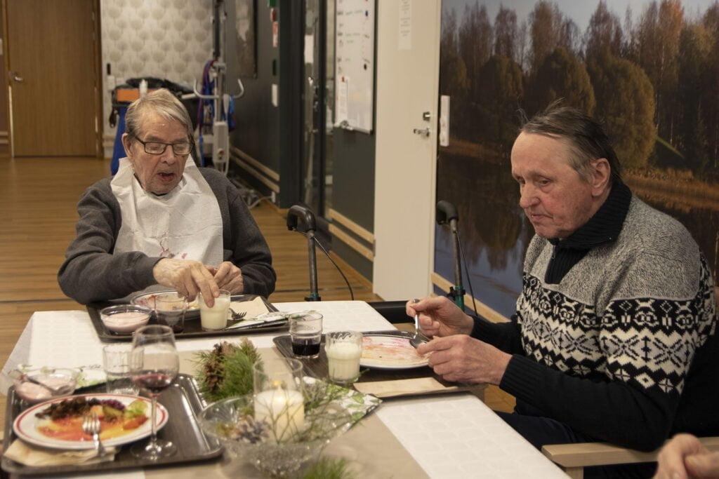 Viljo Lehtikangas ja Teuvo Ratia nauttimassa hirvipaistia,