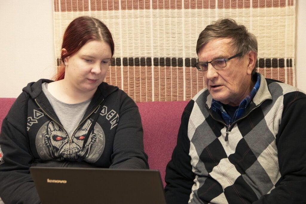 Hanketyöntekijä Nelli Kamunen-Sinokki opastamassa Kalevi Lehtomäkeä Google Driven käytössä.