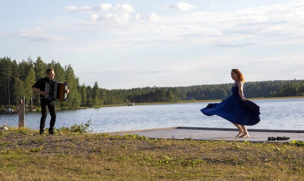 Ervi Sirén tanssi soolotanssin laiturilla hanurin säestyksellä.
