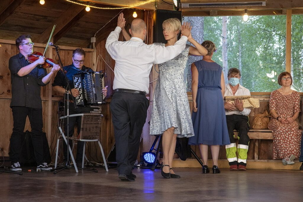 Tanssipaviljongissa esitykset muuttuivat tanssillisemmiksi Tanssijoina Timo Saari ja Riikka Puumalainen.