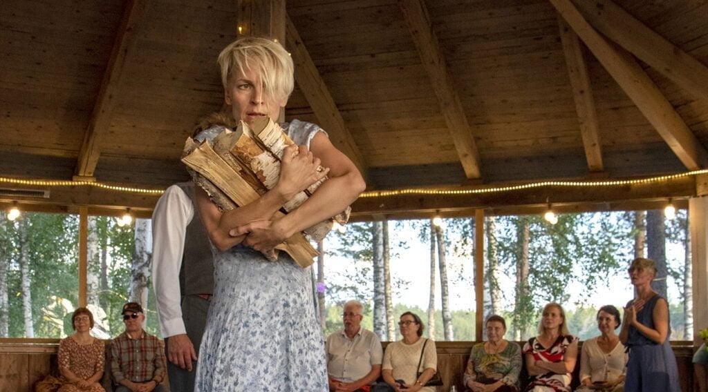 Klapit kulkivat liiteriltä tanssipaviljongille saakka. Riikka Puumalainen otti sylyksen.