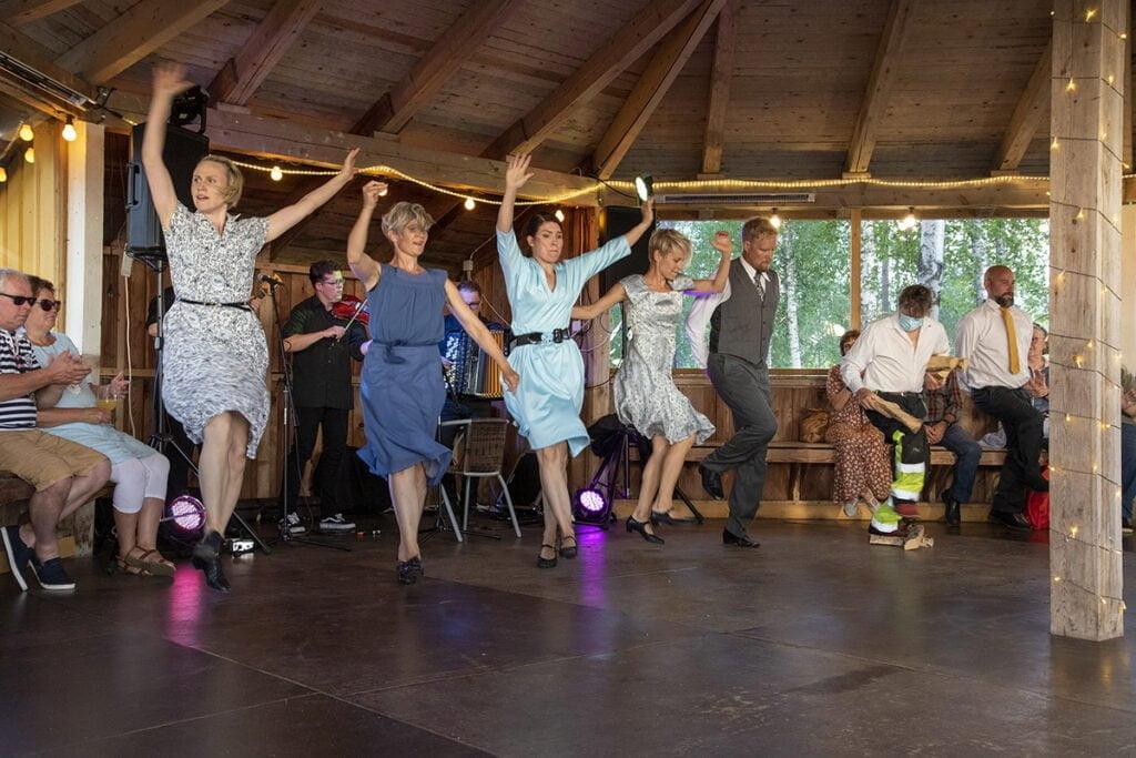 Varsinaiset esitykset päättyivät tanssijoiden riemukkaaseen tanssiin Spelmanslagerin säestyksellä.