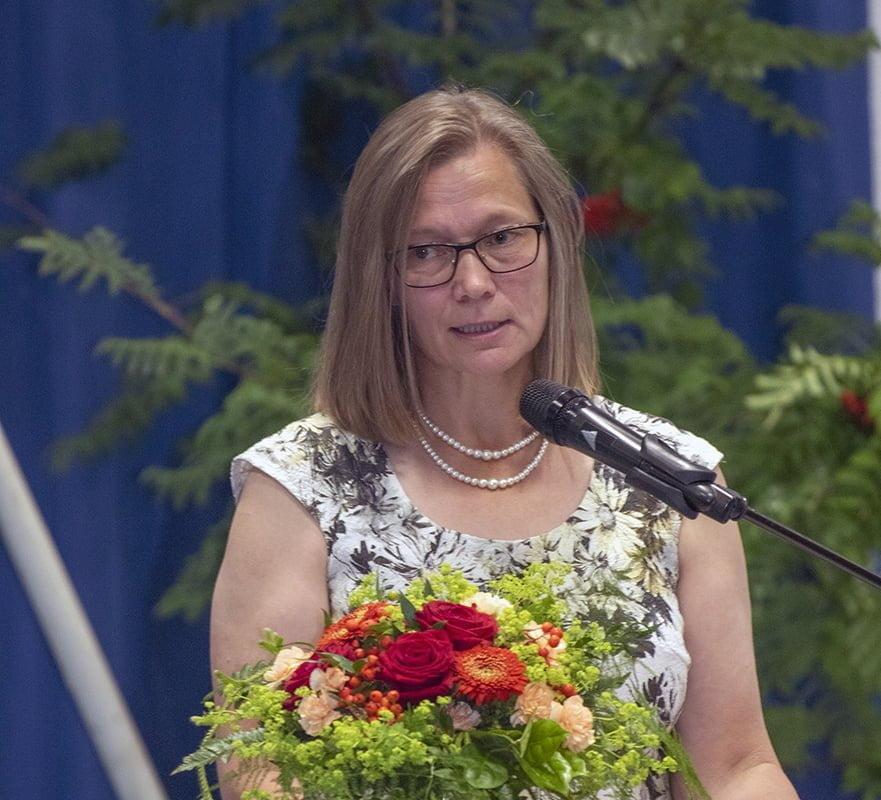 Lukion rehtori Tuija Vanha-aho muisteli lukion tuoreimpia ylioppilaita hyvänä ryhmänä.