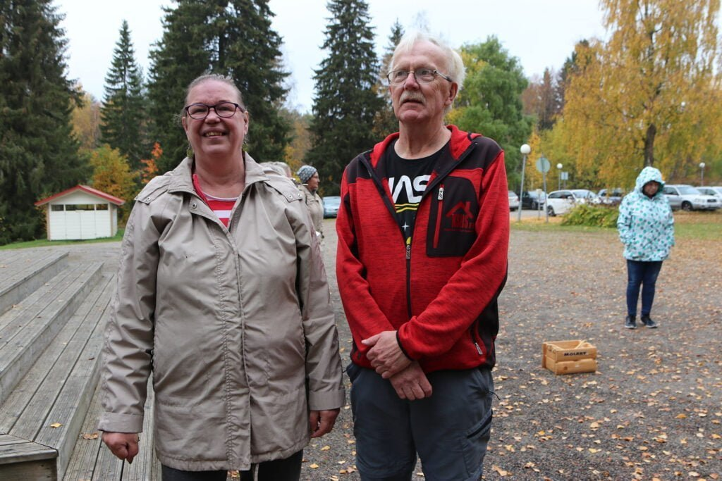 A-kiltalaiset Arja Eskola ja Risto Kouvalainen viettivät syysleiripäivää leirikeskuksessa. Päivän ohjelmassa oli muun muassa luontokävelyä, mölkkyä, saunontaa ja makkaranpaistoa.