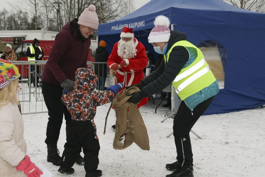 Joulupukki sai lapsilta lukuisia piirustuksia ja kirjeitä.