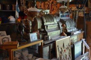 Kotimuseosta löytyy esimerkiksi vanhoja kassakoneita ja lamppuja.