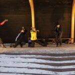 Pelurit-esitystä harjoiteltiin torilla. Kuvassa tanssijat Riikka Puumalainen, Justus Pienmunne, Aino Voutilainen, Jussi Suomalainen ja Unna Kitti  Esityksen harjoittelun jälkeen torin lavalle nousivat Marketta Viitalan tontuiksi pukeutunut tanssiryhmä Pyhäjärven Nuori Tanssi ja Vertti.