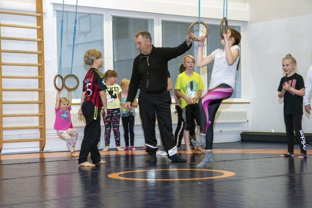Pekka Niskanen aloitti jälleen lasten paini- ja voimistelutreenit Ruotasella parin vuoden tauon jälkeen.