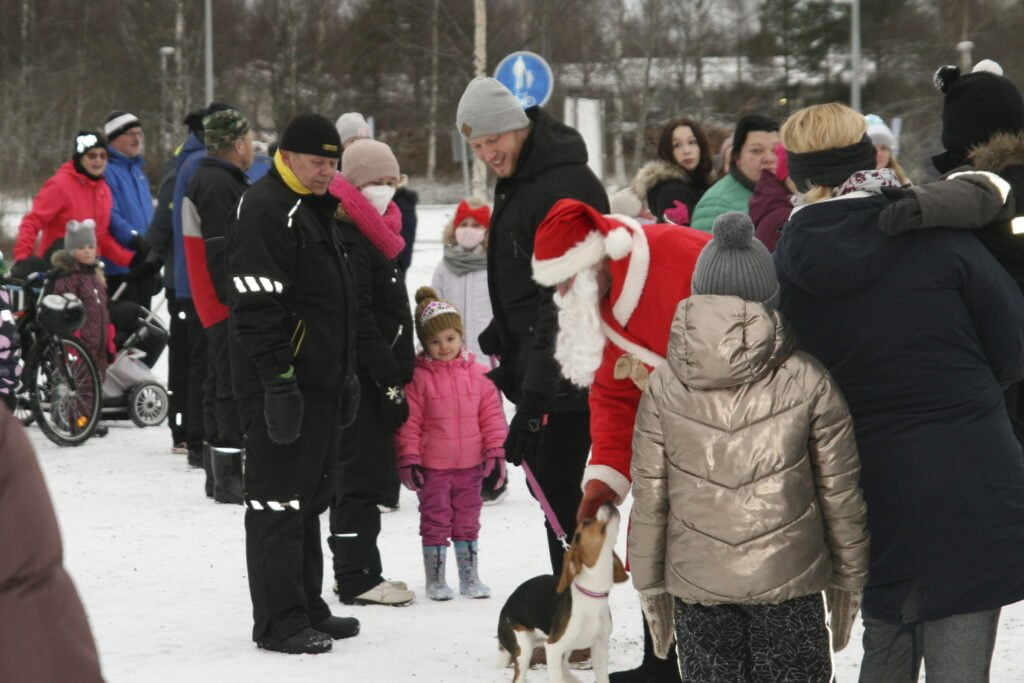 Hyväntuulinen joulupukki tervehti torilla niin ihmisiä kuin eläimiäkin.