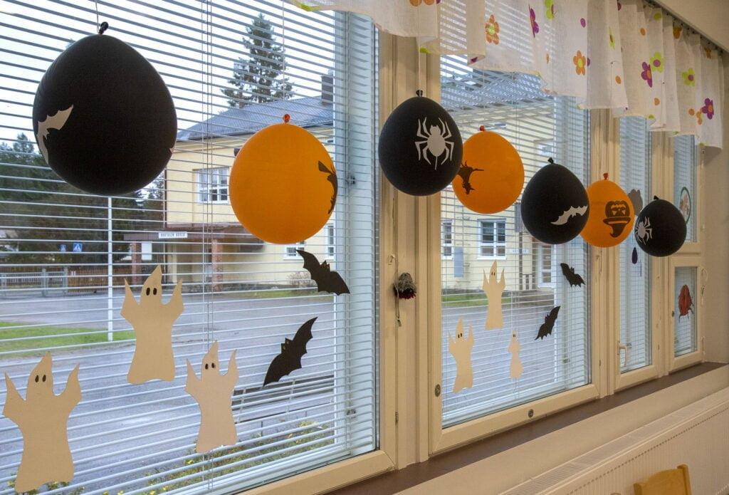 Ryhmikset oli koristeltu Halloween-juhlaan kuuluvin koristeluin.