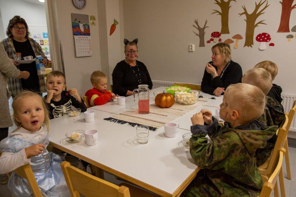 Juhlan kunniaksi jälkiruoaksi oli tarjolla tietysti myös herkkuja. Lasten kanssa lounaalla olivat myös mm. ryhmiksien esimies Hilkka Maliniemi (ovella), sekä hoitajat Ilona Huttunen ja Sari Martikainen.