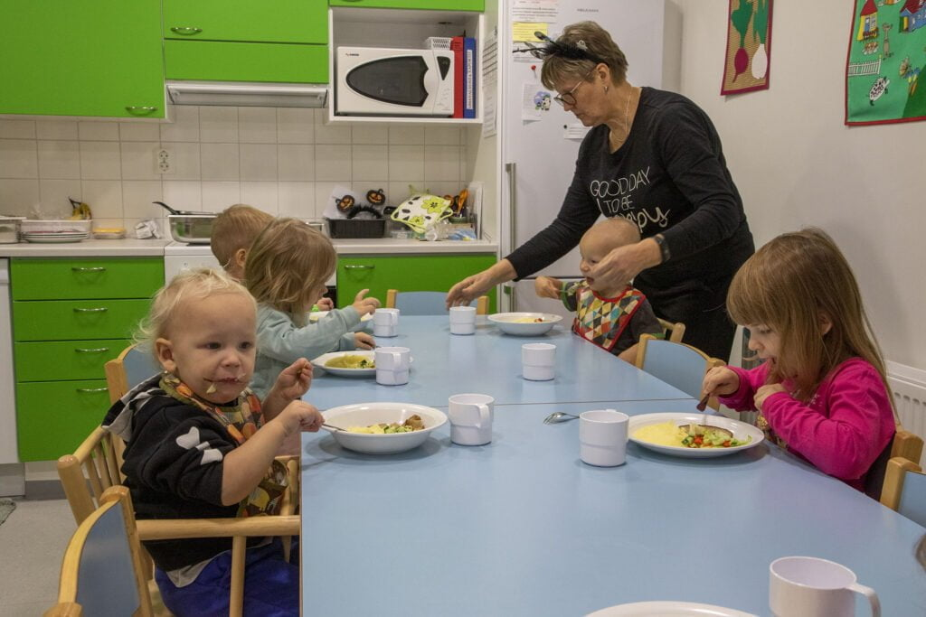 Toistakymmentä vuotta Ruotasen ryhmiksessä työskennellyt Leena Pesonen kehuu uusia tiloja.