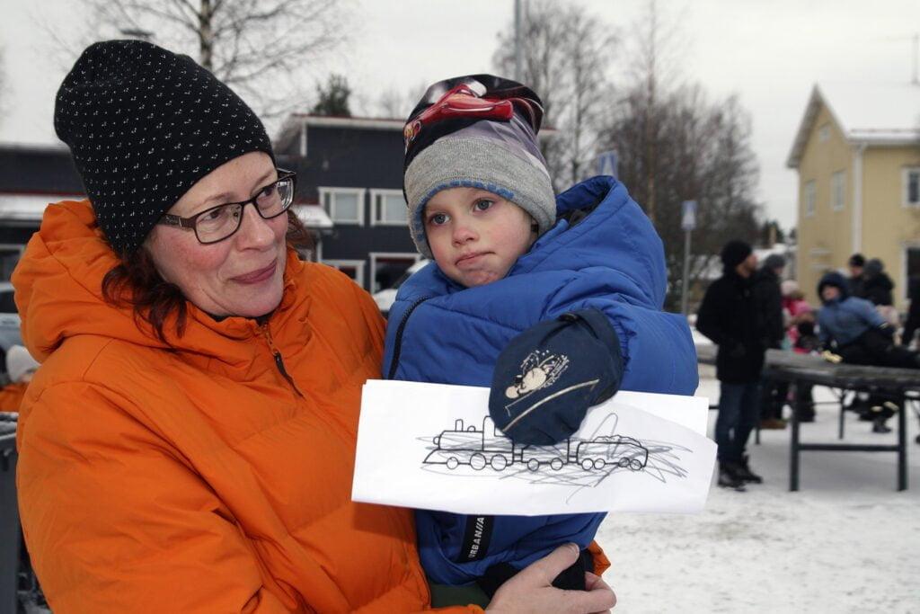 Jimi Lehtinen, 4, odotti Joulupukin tapaamista mummunsa Tarja Lehtisen sylissä.