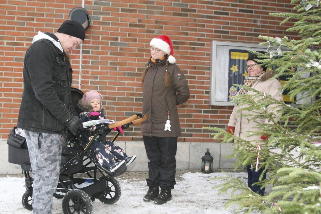 Seurakunnan Maija Huttunen ja Heli Hänninen (oik.) opastivat Tommi Nousiaista ja hänen Emilia-tytärtään rastisuunnistuksessa.