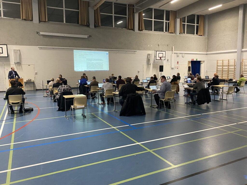 Pyhäjärven kaupunginvaltuusto pitämässä kokousta Keskuskoulun liikuntasalissa.